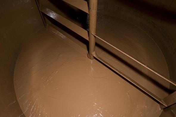 In großen Tanks wird die Schokolade bei ca. 40 Grad Celsius zwischengelagert, bis sie ein Stockwerk höher gepumpt wird, um danach vergossen zu werden.