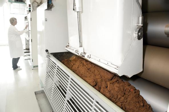 Walzwerke zerkleinern die Schokoladenmasse. Hierbei werden die Zuckerkristalle gebrochen.