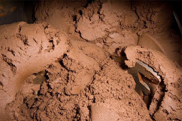 In der Schokoladenproduktion werden die Zutaten zusammengemischt.