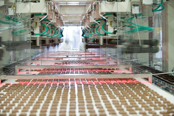 Endspurt. Eine Pickeranlage erkennt jeden einzelnen Happen und saugt ihn mit Unterdruck an. Die Roboterarme legen ihn anschließend in einzelne Trays.