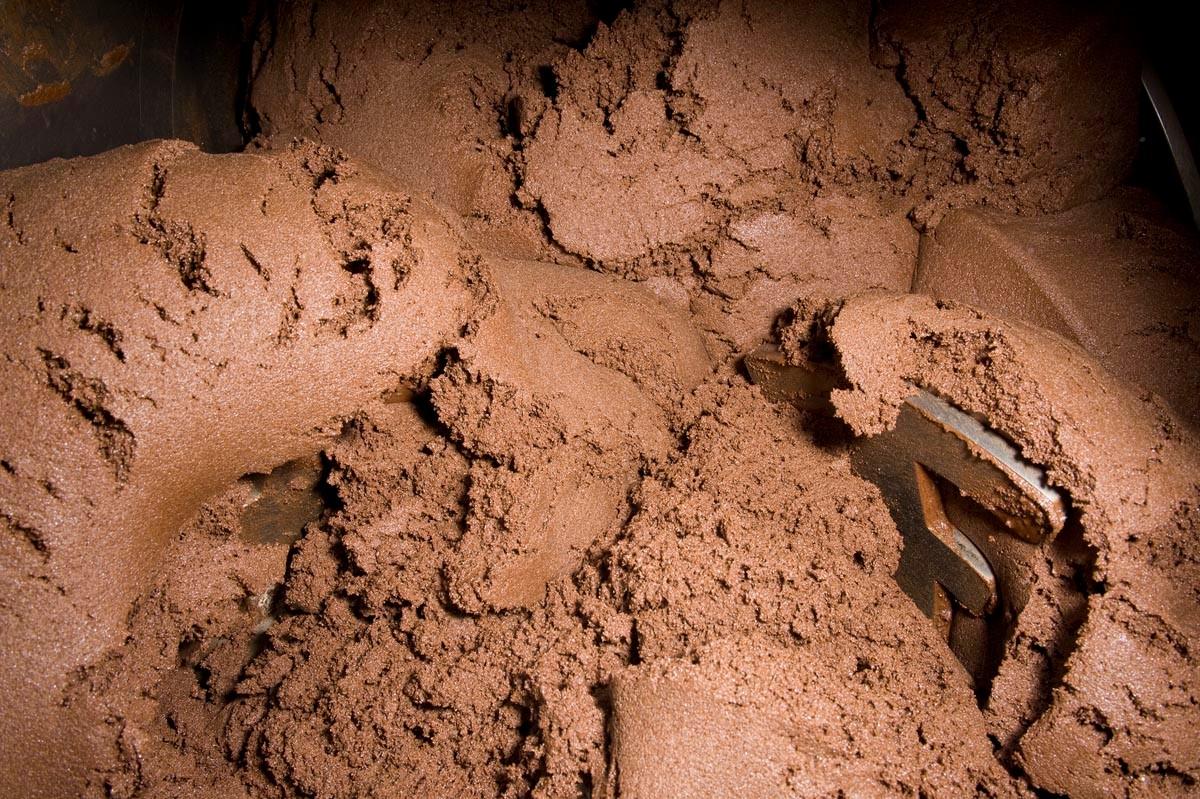 Die Schokoladenmasse wird wie in einer großen Küchenmaschine verknetet.