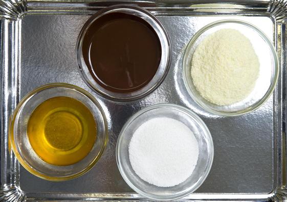 Schokolade besteht aus den Grundzutaten Kakaomasse, Kakaobutter, Zucker und Milchpulver.