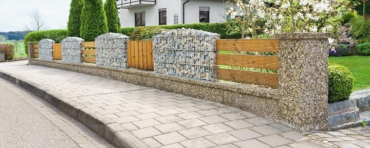 stilvoller Sichtschutz aus einer Kombination von Gabionenzaun und Holzdielen