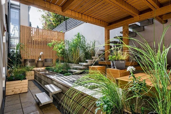 Moderne Holzterrasse auf zwei Stockwerken