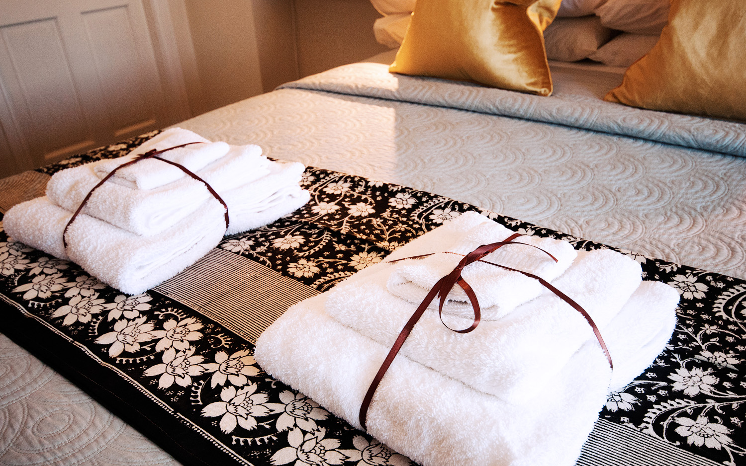 bedandbreakfast en suite, bed with pillows and throw, stylish accommodation