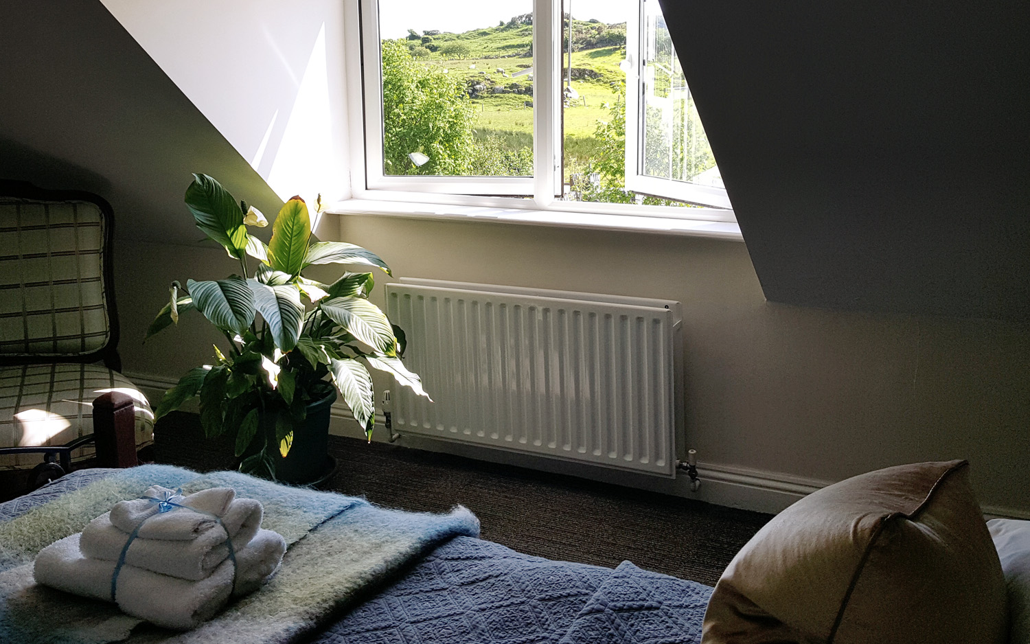 Double bed accommodation, room with view of Clifden Castle entrance, www.hillside-lodge.com