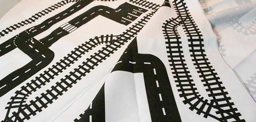 Bild: Spielteppich mit Strassen und Schienen