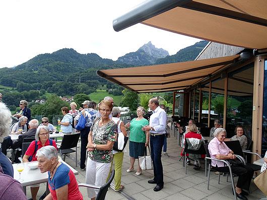 Beim Apéro auf der Terrasse des Panoramarestaurants Lihn. Alle sind bestens gelaunt und aufgestellt.