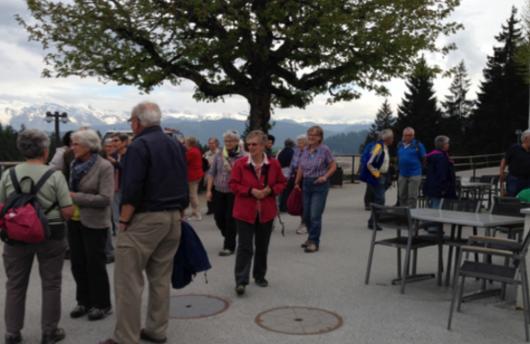 Die zügisten Wanderer, die den Gottschalkenberg als Erste erreicht hatten, vor dem Hintergrundpanorama der Glarner Alpen. (Foto: Barbara Speich, Obstalden)