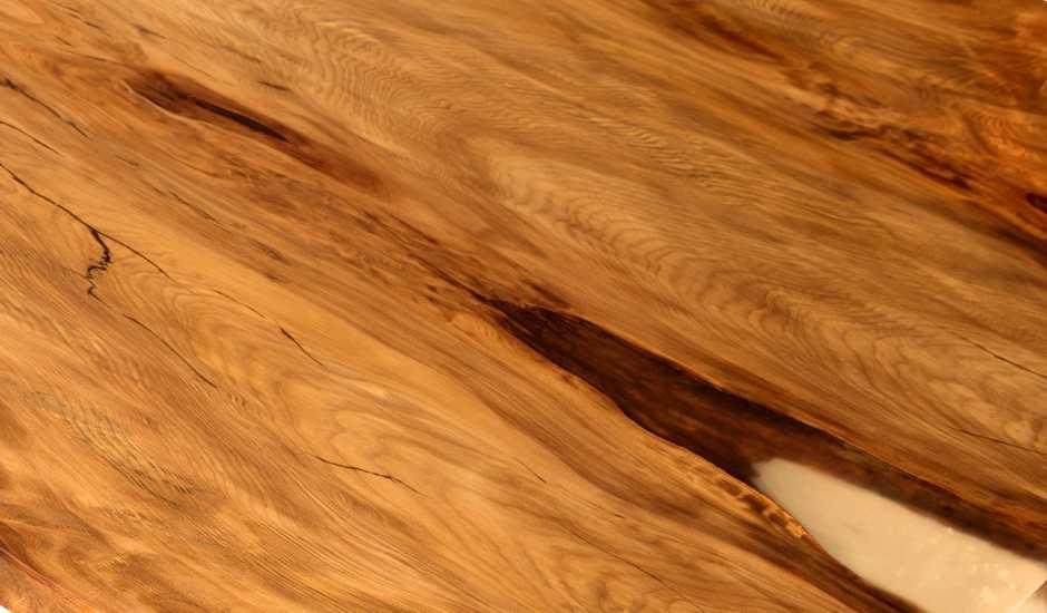 Einzigartiger Naturholztisch mit gefüllten Naturverwachsungen, Esstisch mit wunderschöner Maserung, Baumstammtisch Swamp Kauri aus Sümpfen Neuseelands mit Naturmerkmalen