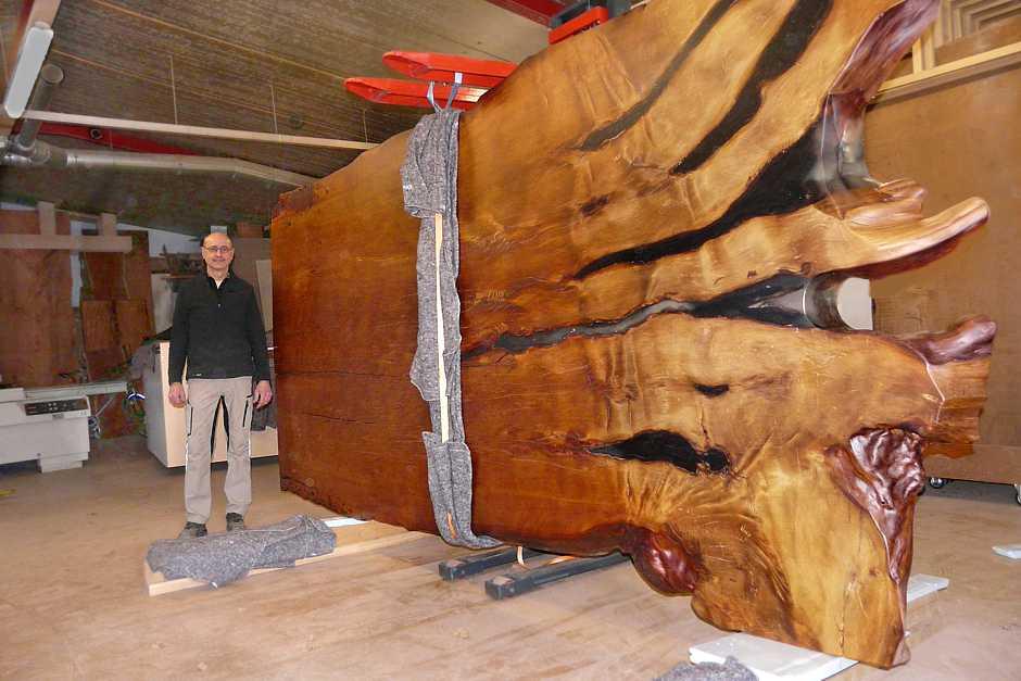 Große Konferenz Tischplatte aus altem Kauri Holz, einzigartiger Holztisch ein außergewöhnliches Kunstwerk, exklusiver Luxustisch, Beaupoil Naturholztisch ein Stück, urwüchsiges Wurzel Stammholz, Baumstammtisch Esstisch