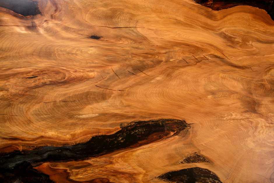 Kauri Wurzelholztisch , individuelles Möbel Holztisch, extravaganter Unikattisch, exklusiver Massivholztisch mit schöner Maserung, extravagantes Unikat Natur Kunstwerk gold