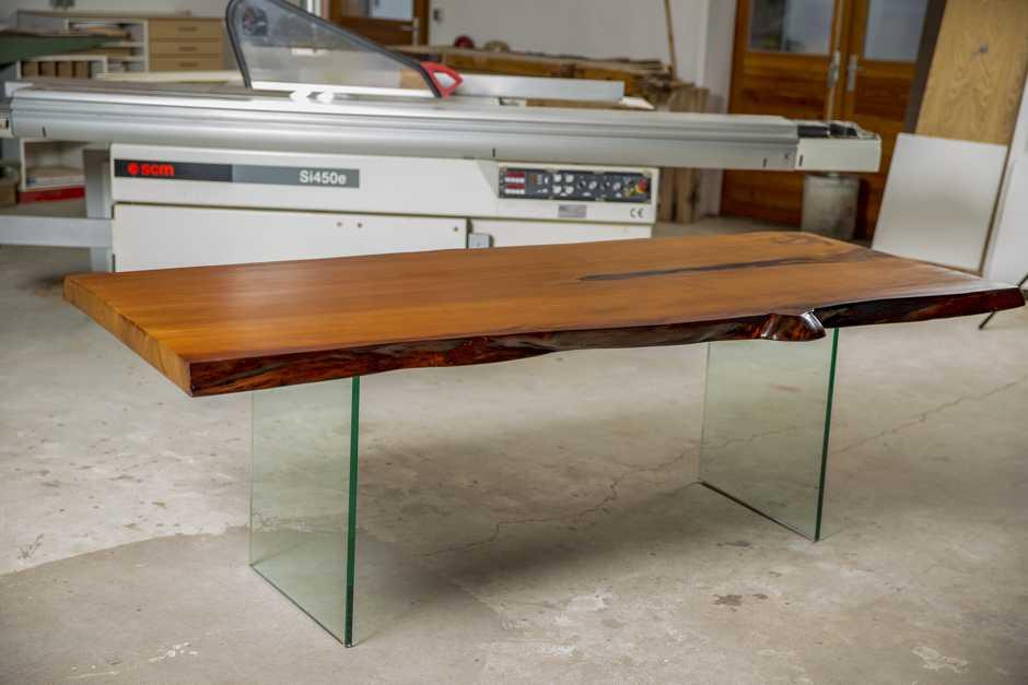 Kauri Tisch, Kauri Esstisch aus einem Stück Holz mit Glasfüßen, ausgefallener Natur Holztisch mit massiver Tischplatte und Naturkanten, hochwertiger Esstisch mit Baumkanten
