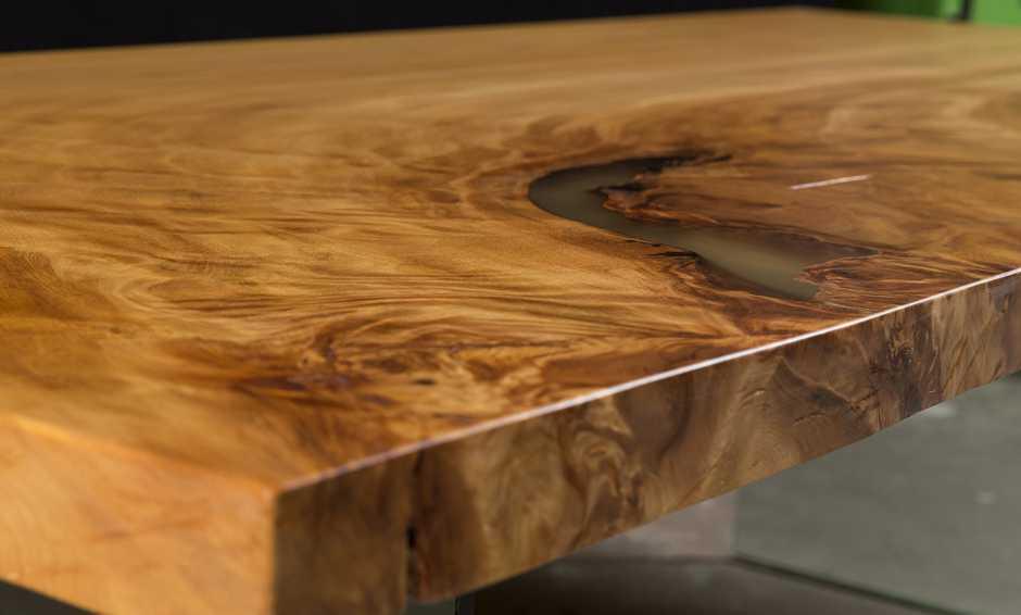 Designertisch aus Wurzel eines alten Kauri Baumes mit besonders lebhafter Maserung, urwüchsiger Design Tisch Holztisch, kunstvolle Tischplatte mit Harzfüllung