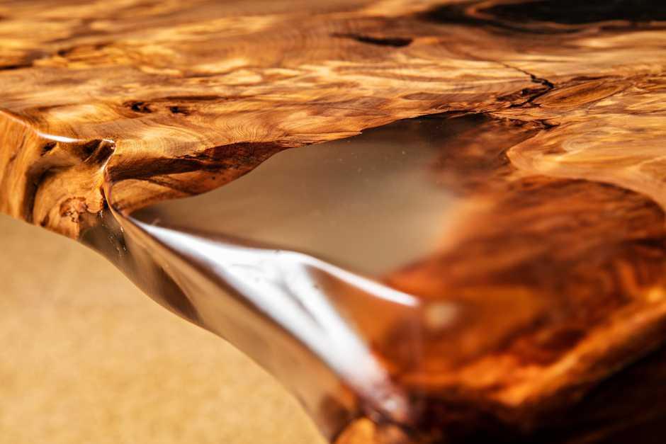 Exklusiver Wurzel Esstisch mit goldfarbenen Naturmerkmalen mit Liebe handgefertigt, Einzelstück, seltenes Unikat Holztisch, natürliches Harz zu Bernstein