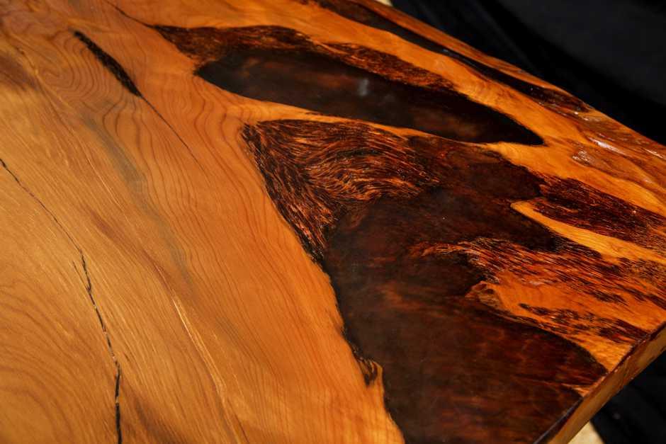 Kauri Esstisch mit einzigartigen Naturmerkmalen, exklusiver Holztisch, kunstvoller Tisch an einem Stück, Blickfang, holzkunst, Holzstamm Naturholztisch