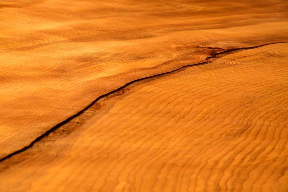 Urwüchsige Kauri Tischplatte mit Fluss, Massivholztisch ein Stück Holz, Baumstammtisch mit Naturkanten, wertvolle Geldanlage Kauri Holztisch,  langer Baumstammtisch