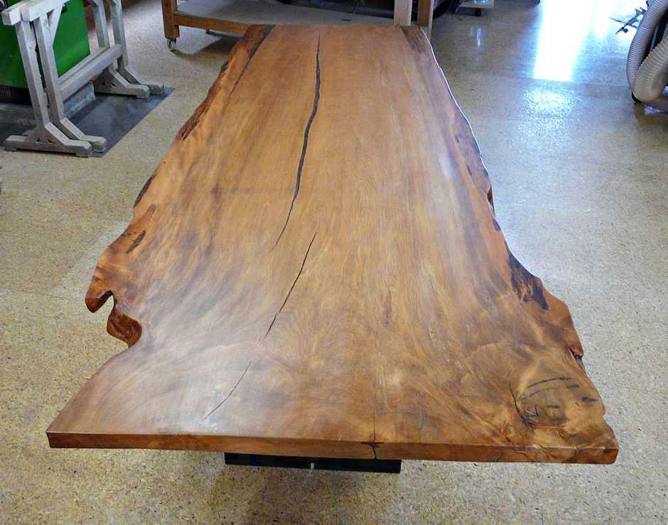 Großer Wohnzimmertisch Einzelanfertigung, außergewöhnliches Kauri Möbel mit Holztischplatte, Naturcharakteristik an einem Stück gewachsen