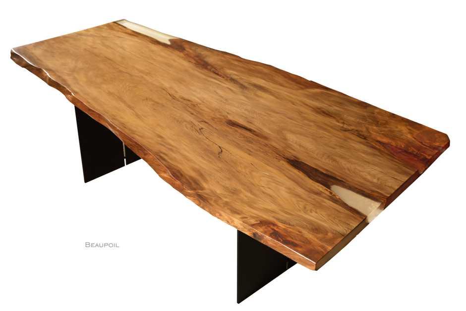 Baumstammtisch mit Harzfüllungen und natürlicher Ausstrahlung, Holztischplatte mit Naturkanten aus einem Kauri Baum geschnitten