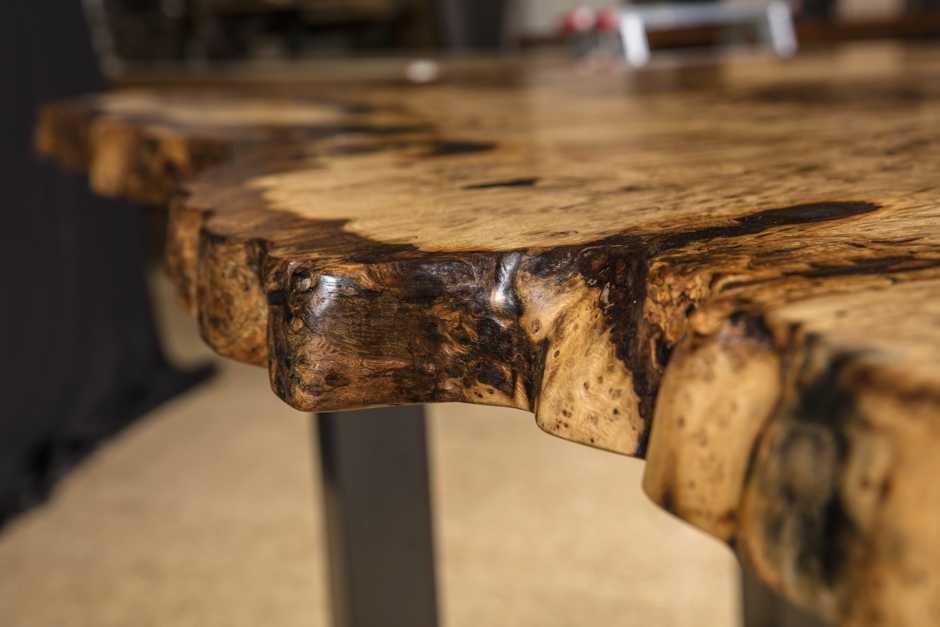 Eiche Esstisch mit besonderen Naturkanten, rustikaler Baumstamm Naturholztisch, Kunstmöbel mit Naturcharakter
