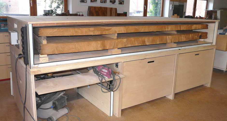 Große Kauri Tischplatten in Trockenkammer, urwüchsige Tischplatten für exklusiven Holztisch und extravaganten Esstisch, besondere Naturholztische und Designertische aus kunstvollem Holz
