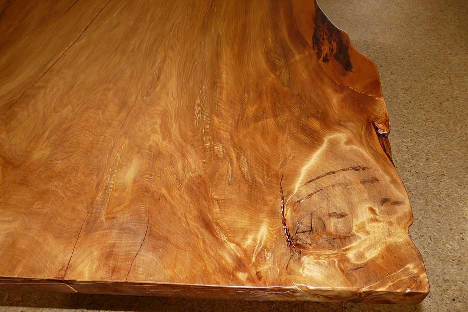 Exklusives Unikat Wohnzimmertisch mit Tischplatte aus Kauri Baumscheibe, besonderes Einrichtungsmöbel, großer Baumstammtisch mit Naturkanten