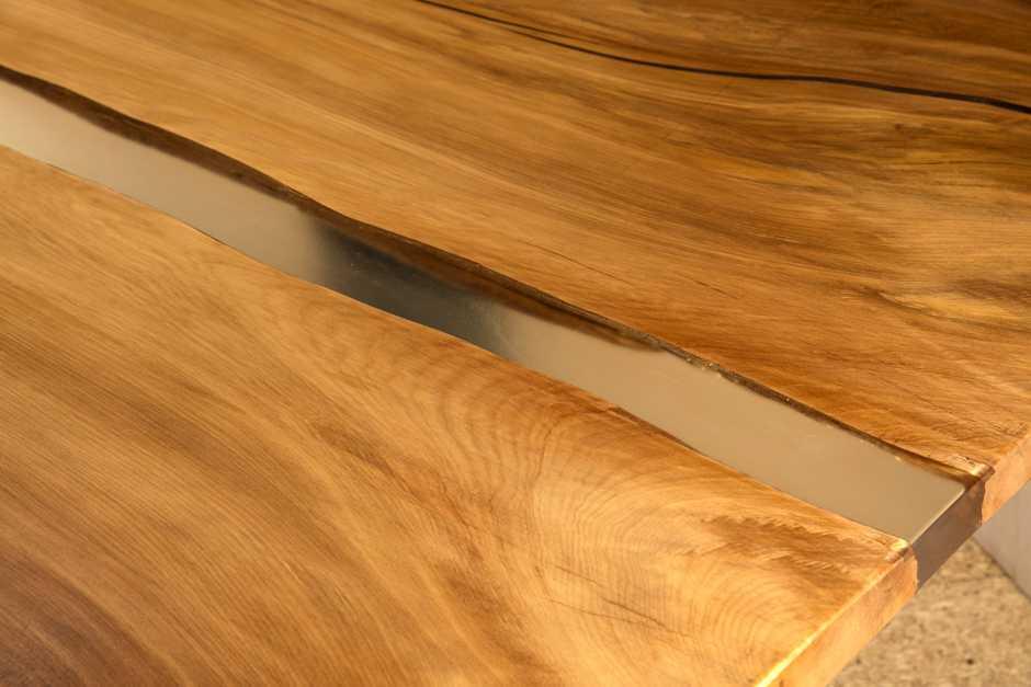 Großer einzigartiger Holztisch mit außergewöhnlichen Naturmerkmalen, individuelle Kauri Tischplatte mit Harzfüllung und Flusslauf, massiver Esstisch, Designertisch