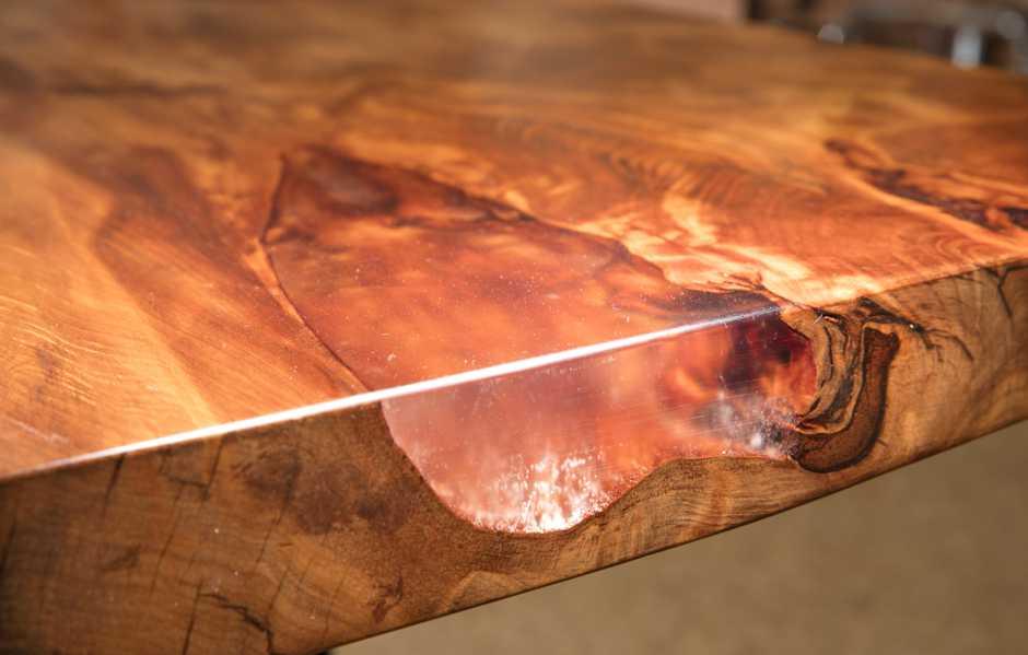 Naturholztisch mit transparenter Harzfüllung, urwüchsiger Esstisch mit Charakter, Baumstammtisch, Swamp Kauri Holztischplatte mit gefüllten Naturmerkmalen, ausgeprägte Naturholztischplatte