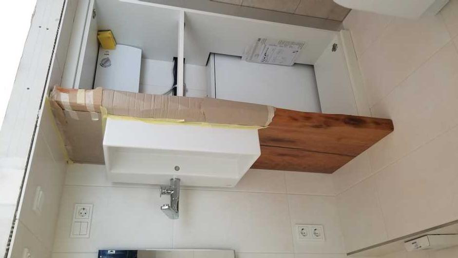 Exklusiver Waschtisch aus Kauriholz im Ausstellungsraum