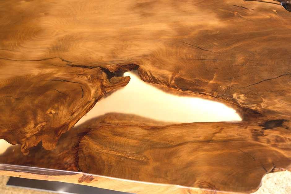Holztisch Esstisch mit einzigartigem Blickfang der durchleuchteten Harzfüllung der Tischplatte, archaischer Kauri Holztisch mit Licht, Unikat Design Esstisch