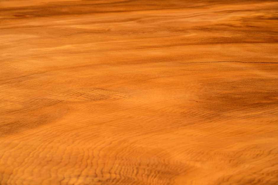 Großer Baummstammtisch mit Tischplatte aus Baum mit organischen Naturkanten, imposanter Holztisch Konferenztisch ein Stück, Massivholztisch mit faszinierender Maserung