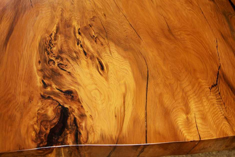 Kunstvoller Esstisch aus besonderem Kauri Holz, Natur Holzkunst, massiver Baumstamm Holztisch, Naturholztisch, große ästhestische Massivholztischplatte
