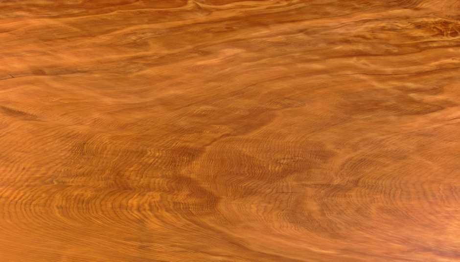 Wunderschöne Maserung Kauri Massivholz Baumstammtisch, Massivholztisch mit Naturkanten und lebendigen Naturmerkmalen, wertvoller Holztisch