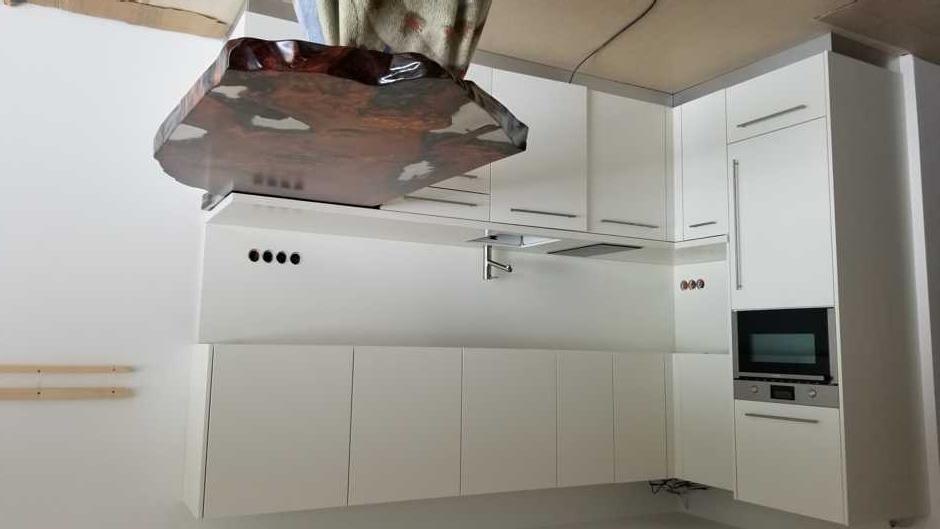 Ausstellungsraum mit Kauri Wurzeltisch und Küche