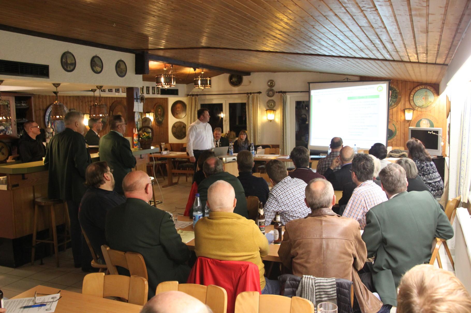 Jens Habig präsentiert anschaulich den Kassenbericht