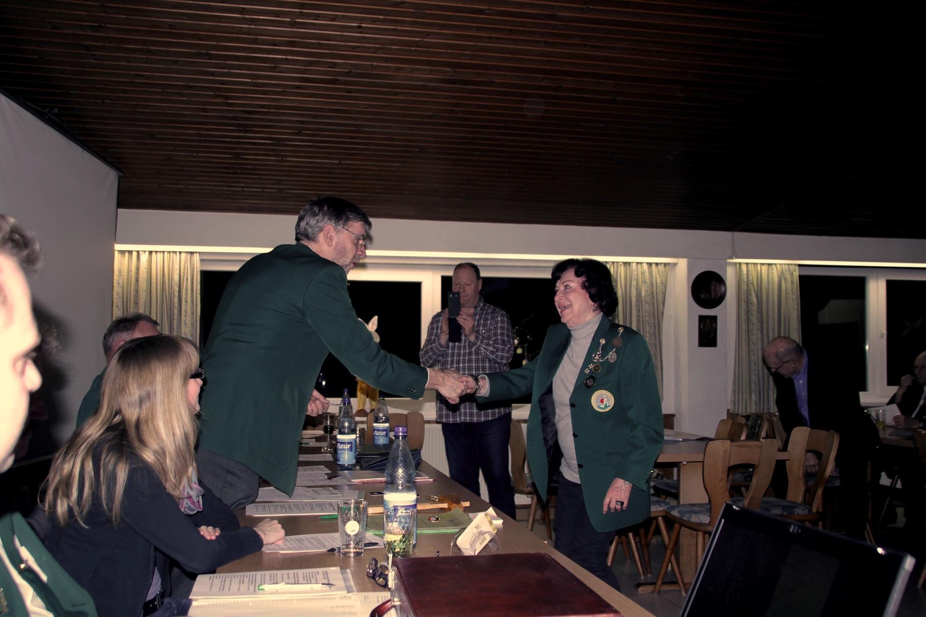 Geehrt wird Ursula Bennert für ihre 20jährige Mitgliedschaft