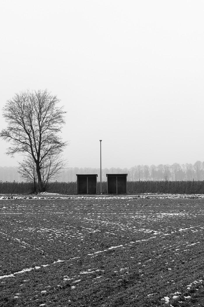 Bushaltestelle mit Baum und Laterne am Niederrhein