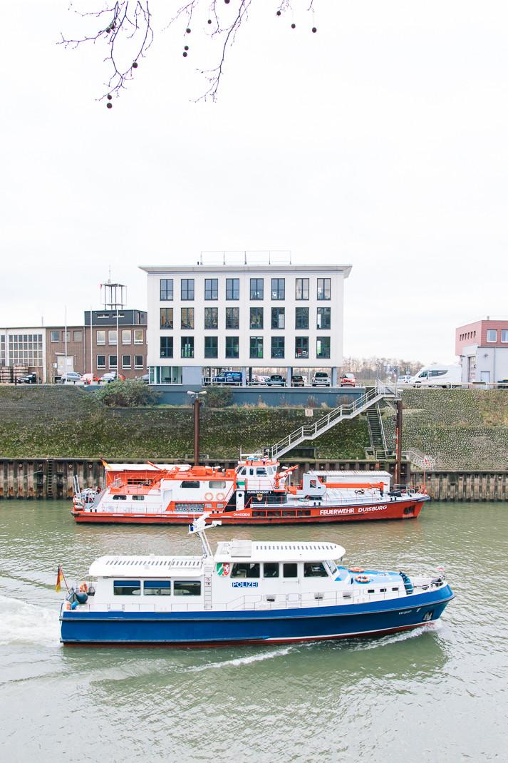 Wasserschutzpolizei passiert Feuerwehrschiff | Hafen Duisburg