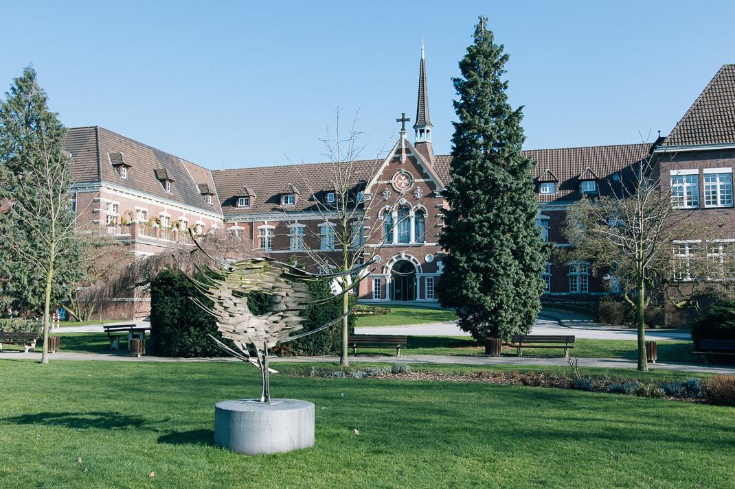 Johanniter Krankenhaus Oberhausen mit Skulptur