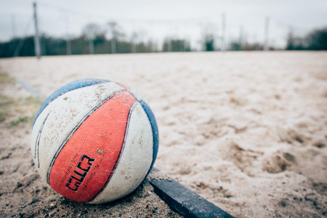 Basketball auf winterlichem Beachvolleyballfeld