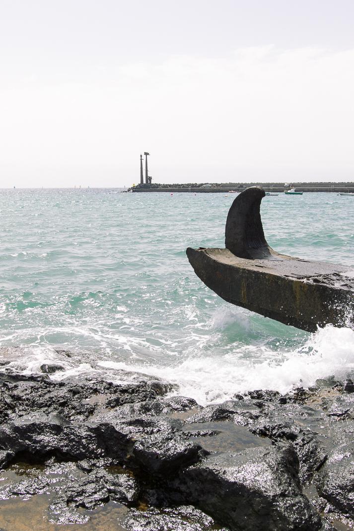 Costa Teguise, Plastik im Hintergrund von Cesare Manrique