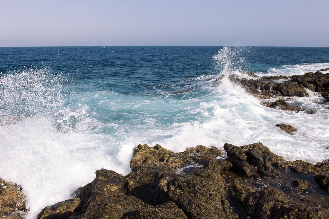 Atlantikwelle und Lavagestein