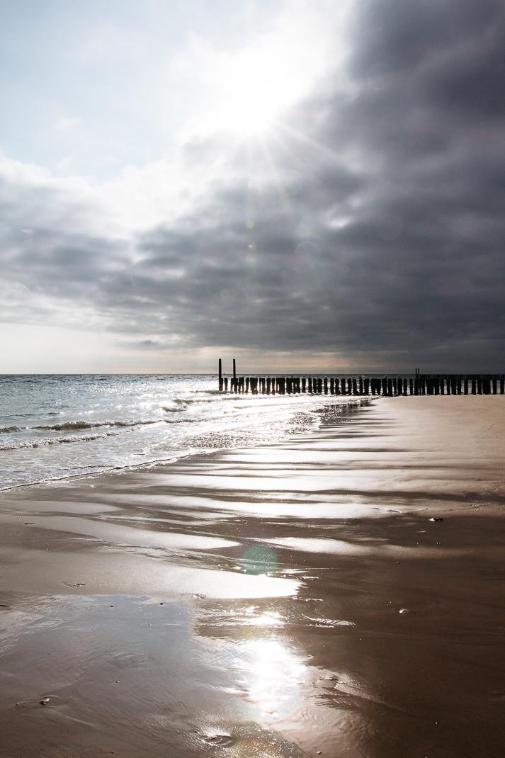 Zoutelande, Strand, Ebbe, Holzpfähle, Sand, Wasser, Sonne
