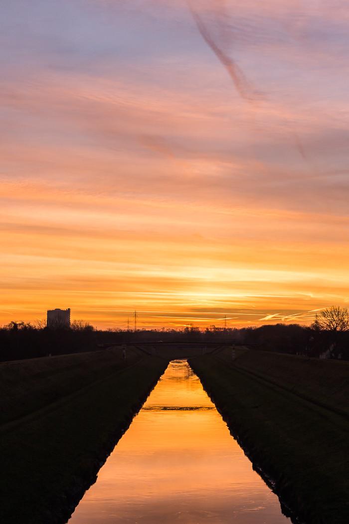 Sonnenaufgang an der Emscher in Oberhausen Buschhausen
