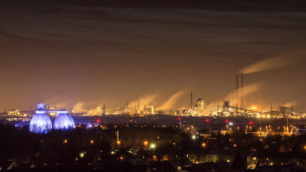 Nächtliches Klärwerk Emschermündung und Stahlwerk Duisburg Schwelgern