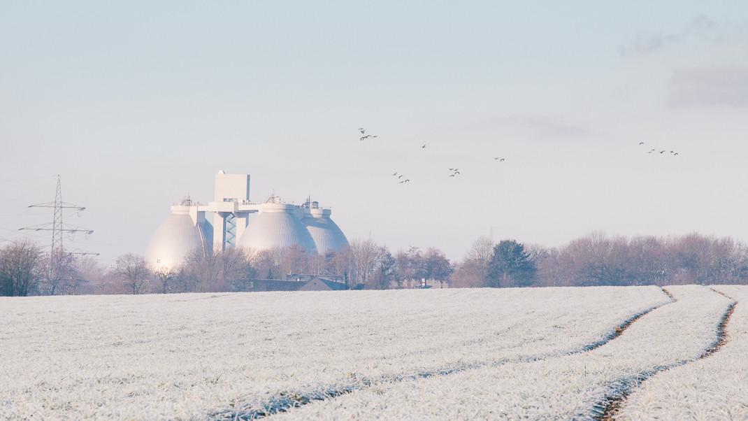 Winterliches Feld | Vögel über dem Klärwerk Emschermündung