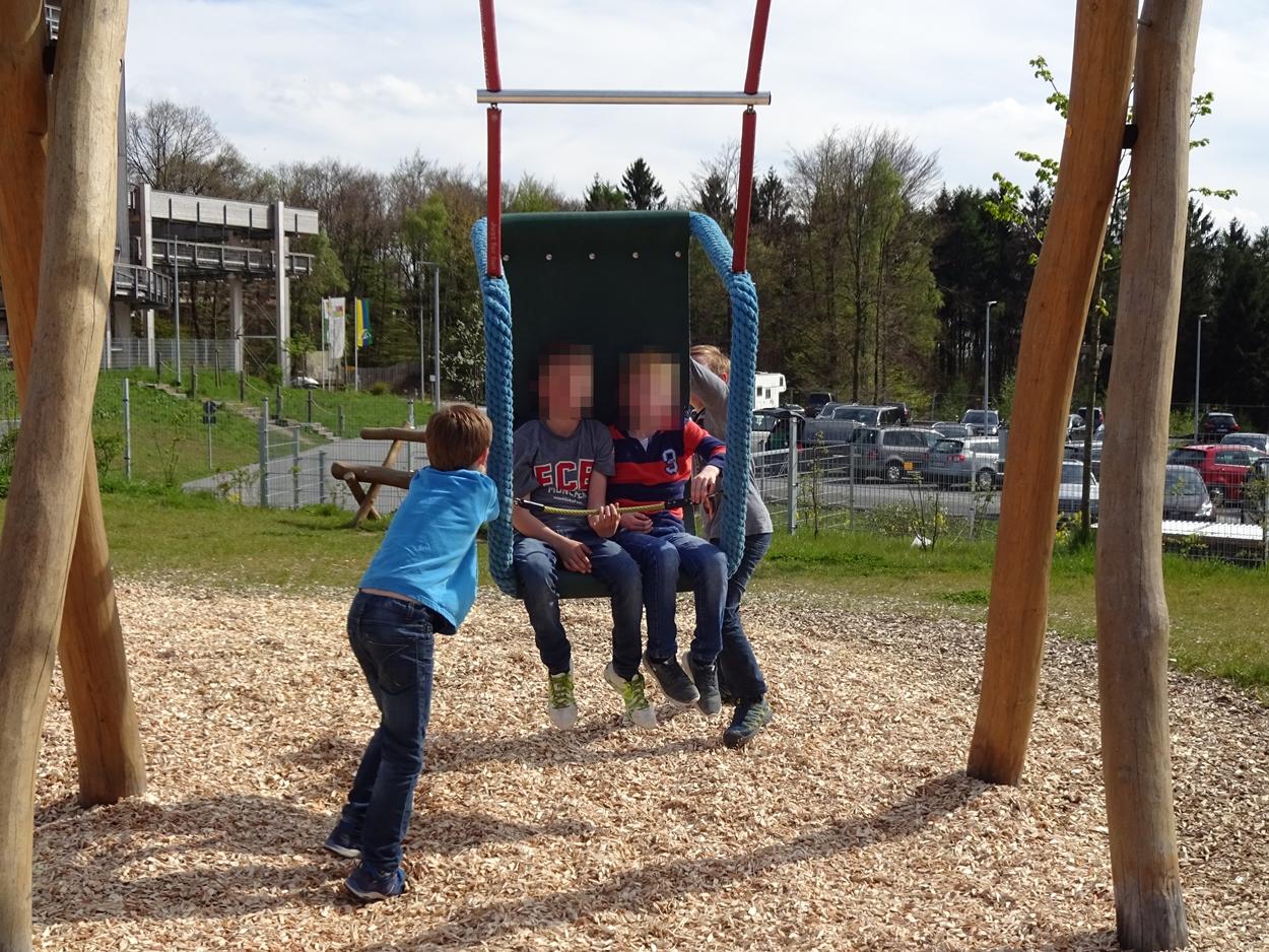 Der Abenteuerspielplatz bot viele Möglichkeiten, Spaß zu haben.