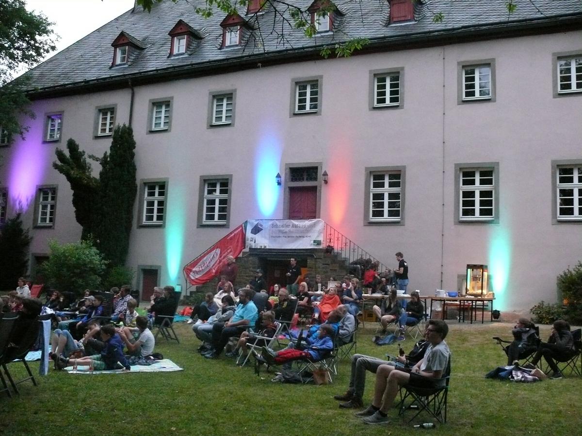 Zum Ende des schönen Abends hatten sich über 100 Besucher im Klostergarten versammelt
