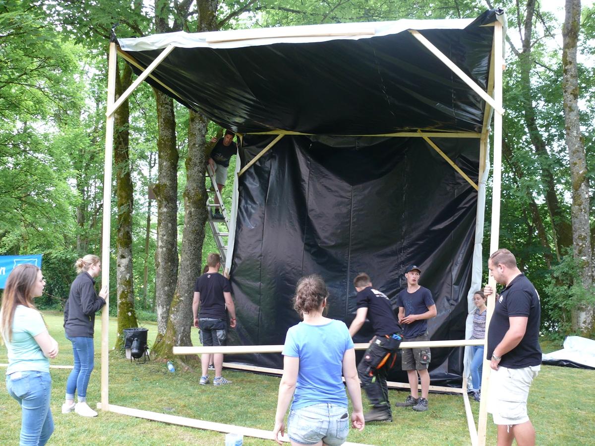 Der Aufbau der Leinwand und der Technik stellte uns vor einige Hindernisse,...