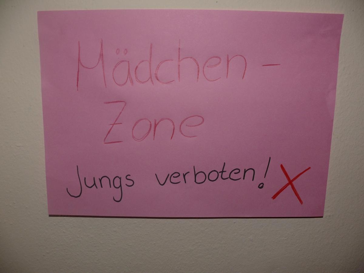 In getrennten Räumen verbrachten die Mädels und Jungs den Abend. In der Mädchenzone waren die Jungs verboten!